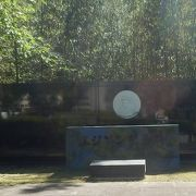 電球フイラメントを考案したエジソンの記念碑