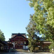 平安京の裏鬼門方向にある男山にあって都守護の神、伊勢神宮に次ぐ国家第二の宗廟とされている