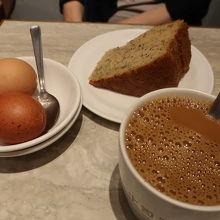 バナナケーキと甘いコーヒー