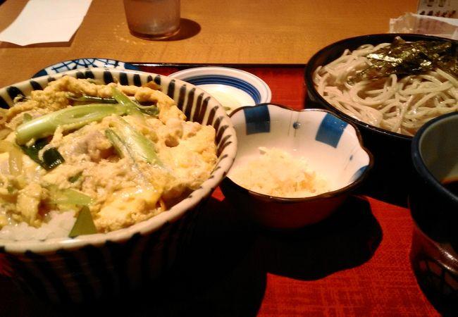 親子丼とそばで定食をいただきました