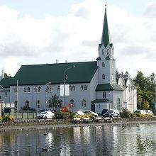 チョルトニン湖のわきにある教会