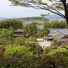 展望台から望む境内。背後は京都市街