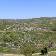 羊が群れるような石灰岩の景観
