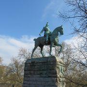橋の袂で見かけた騎馬像・・・