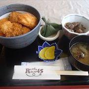 レストランが有って、人方と言えば、新潟タレかつ丼ですかね。
