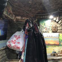 廟裏の、洞窟のようなお土産売り場の奥。どこかへ通じてると。
