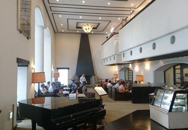 箱根山のホテルの開放感あふれるカフェ