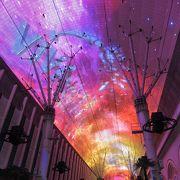 アーケード天井の光と音のショー