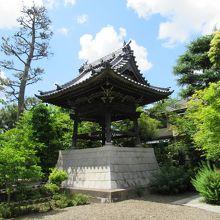 鐘楼(参道の右手)