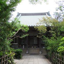 本堂(狸塚は左手)