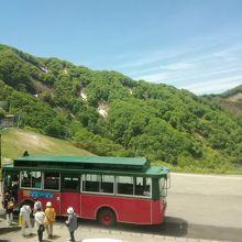 山頂駅からリフト乗場までは無料のシャトルバスで向かう
