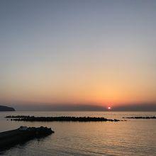 新島の夕陽は前浜海岸で