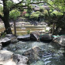 川を見ながら露天風呂に入れます。