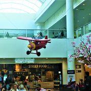 BRU空港はターミナルにモニュメント像が飾られて!
