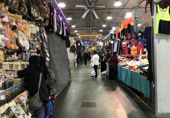 1階の倉庫エリアの店舗街がスゴイ