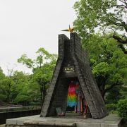 祈念像の両脇に一対の「折鶴の塔」が建っていました。