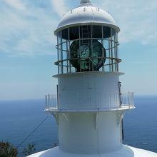 白亜の灯台が水平線と青空に映えます