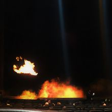 KAは火のショーです。開園前から舞台には炎が!