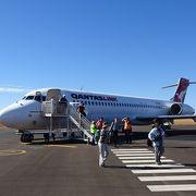 上空からのウルルも格別ですよ。到着便は左、出発便は右側の席です!