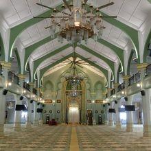礼拝堂は無料で拝観できますが、観光客は手前しか入れないです。