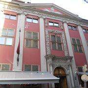 綺麗な赤い建物