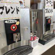 いろんな海老せんべい。コーヒーなどの飲み物のサービスも。