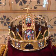 聖イシュトバーン国王の王冠のレプリカがあります
