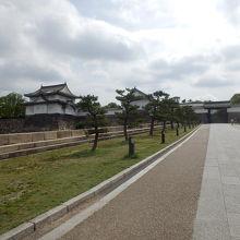 大阪城大手門の左側で敵の進入に対処する二層の櫓