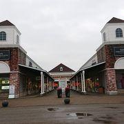 店舗約150店はある大きいアウトレット。公園のような洋風の中庭、噴水、花壇等のオブジェがオシャレ。