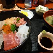 豆腐、みそ汁もついて1300円