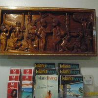 カジノホテルのロビーの壁面です。伝統的な木彫り製品が印象的