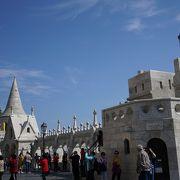 白亜の美しい7つの塔を持つ城のような砦