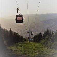 乗車中もトレべヴィッチ山からも絶景を楽しめ、五輪のボブスレー会場跡にも簡単に辿り着けます。