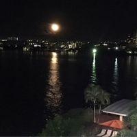 タシタワーオーシャンビュールームからの満月