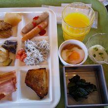 朝食はビュッフェ、種類豊富