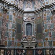 豪華な礼拝堂とミケランジェロ作の墓所