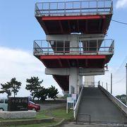 赤い大きな歩道橋がシンボル