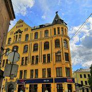 大きな黄色の建物