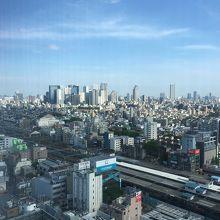 新宿の高層ビル群を眺める事ができます。