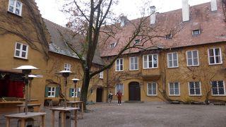 壁に囲まれた集合福祉住宅はそれ自体が小さな中世の町