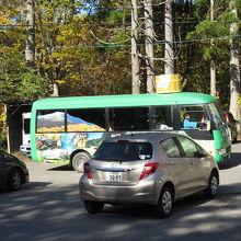 帰りに遭遇した巡回バス。屋根には風呂桶搭載。