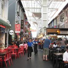 両側に店、中央に屋台が集まる。