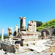 古代都市 エフェスの繁栄ぶりをうかがわせる遺跡群を見学
