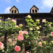 クラッシックハウスの周りに咲くバラが綺麗でした