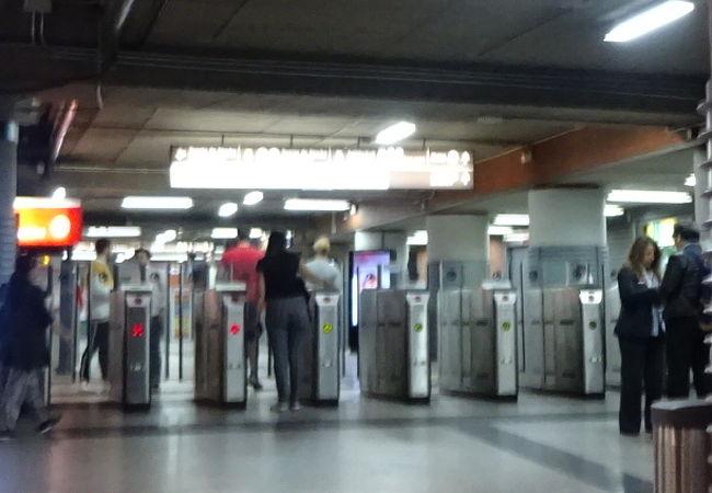 レンフェのアトーチャ駅の近くにある地下鉄の駅が「アトーチャ・レンフェ駅」なのですね!