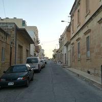 建物の前の通り