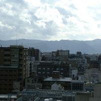 部屋の窓から嵐山方面の景色が望めます