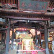 石柱や梁の見ごたえある装飾は、台北の龍山寺を彷彿とさせる芸術作品です。