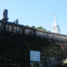 和風の墓石と 教会の尖塔