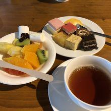 紅茶とケーキ、フルーツ